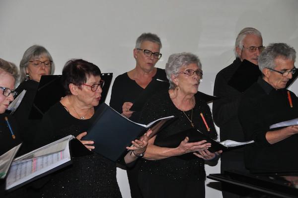 Une partie des sopranes, dont la petite-fille du compositeur, et une partie des ténors, interprétant le chant Aubusson
